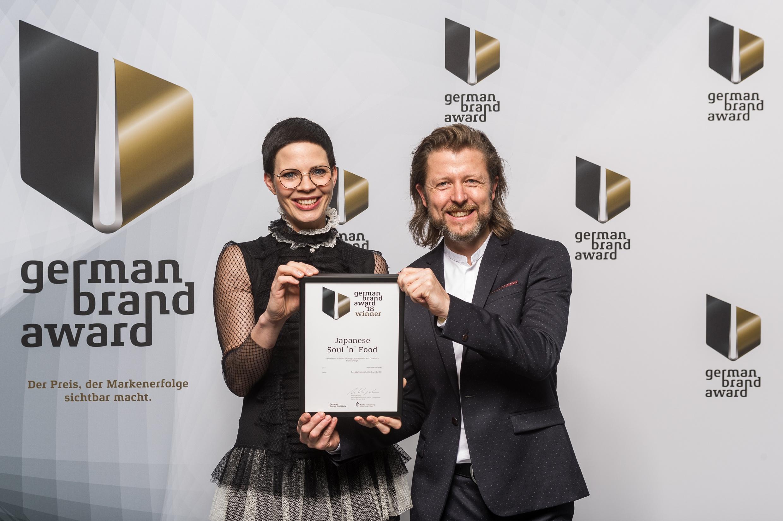 Freuen sich über die Auszeichnung: DWFB-Geschäftsführer Maria-Sibylla Kalverkämper und Jörg Hesse bei der Verleihung der Awards in Berlin